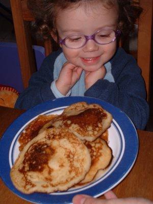 Zoé devant le plat de pancakes